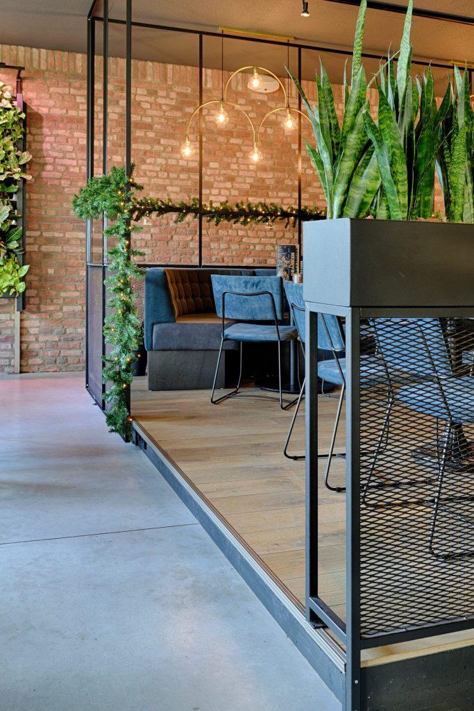 Groenoplossingen verwerkt in een café met stalen frames