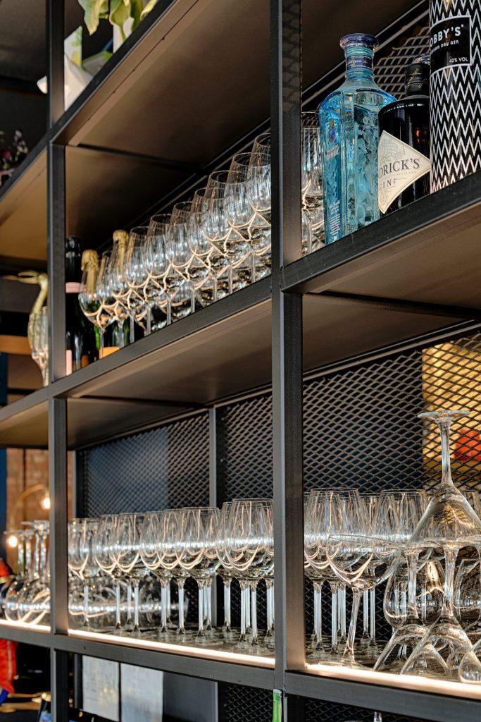Detailfoto stalen bar bij grandcafé Floryn