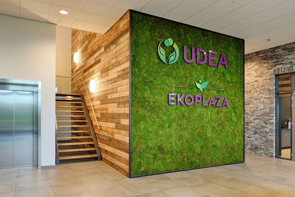 de MOSK moswand in de entreehal inclusief logo's van UDEA en EKOPLAZA in staal gecoat.