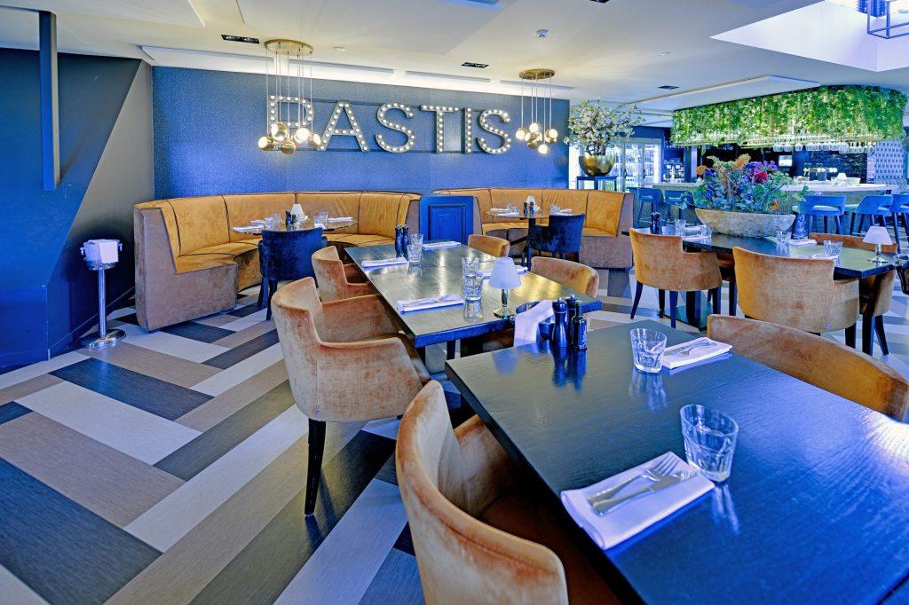 Overzicht interieur bij brasserie Pastis