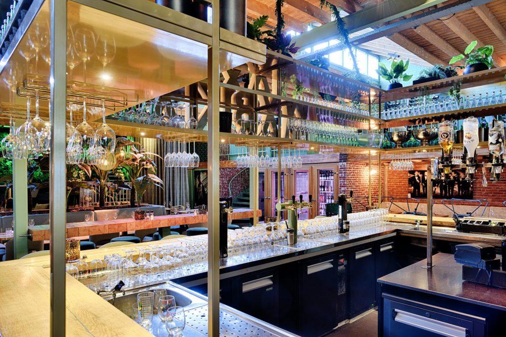 Binnekant van de bar bij Jaxx Marina