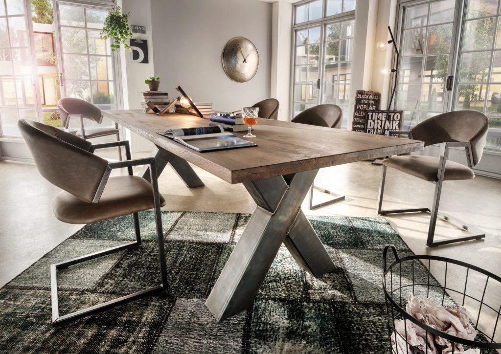 Indoor tafel met robuuste X-poot onderstel en een houten blad