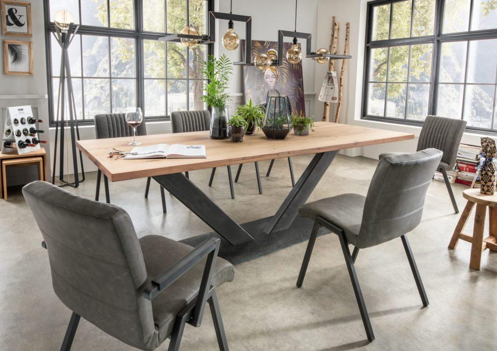 Indoor tafel met robuuste stalen onderstel en de tortona hanglamp van ZTaHL